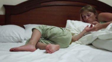 The little boy sleeps — Stock Video