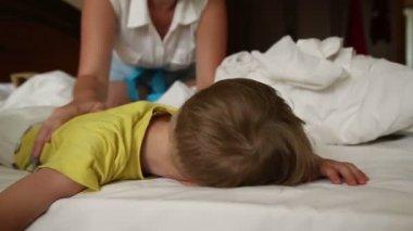 小男孩想要醒来 — 图库视频影像