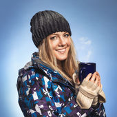 Girl holding a cup and warmed — Stock Photo