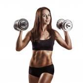 Портрет молодой симпатичной женщины, запоминающей веса и делающей фитнес — Стоковое фото