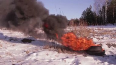 Winter tire burning at the site — Stock Video