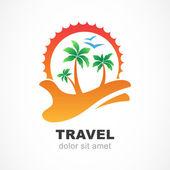Groen palmboom en zon aan kant. Vector logo ontwerpsjabloon. — Stockvector