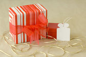 Gift in red and white striped wrapping paper with empty white gift tag — Foto de Stock