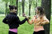 Two young girls exchanging apples — Stock Photo