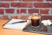 Kopp kaffe med bärbar dator — Stockfoto