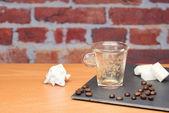 Tasse Kaffee mit Rechnung — Stockfoto