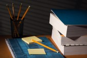 Desk with adhesive note in night — Stockfoto