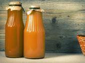 ジュースの 2 つのガラスびん — ストック写真
