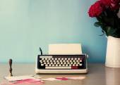 Vintage typewriter and bouquet of roses — 图库照片