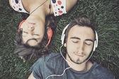 Par escuchar música con auriculares — Foto de Stock