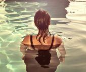 Dziewczyna w basenie — Zdjęcie stockowe