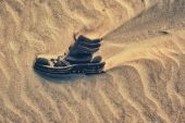 Boot covered in sand — Stock fotografie