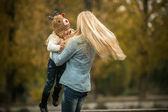 Matka z córką w parku jesień — Zdjęcie stockowe