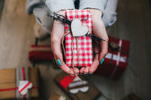Prezent w ręce, wielu prezentów na ziemi . — Zdjęcie stockowe