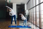 Две девушки разных возрастов, делая йоги — Стоковое фото