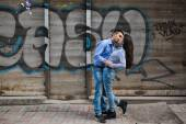 Couple have fun in the city — Stock Photo