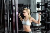 Dívka trénink v tělocvičně — Stock fotografie