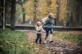 Mother with daughter in autumn park — Stock Photo