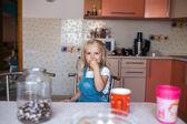 Beautiful daughter in kitchen — Fotografia Stock