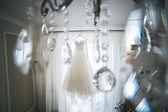 Svatební šaty visí — Stock fotografie