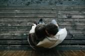 Jeune couple enveloppé dans plaid — Photo