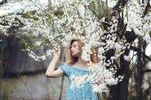 Портрет красивой девушки цветущие деревья — Стоковое фото