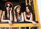 Tre vackra unga flickor — Stockfoto