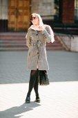Meisje in een jas aan de straat — Stockfoto