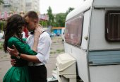 Man and woman is hidden from view behind a trailer — Stock Photo