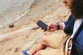 Amerykański brodaty mężczyzna przy użyciu telefonu w pobliżu rzeki — Zdjęcie stockowe