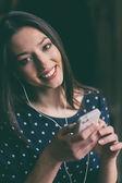ヘッドフォンと携帯電話で音楽を聞いて美しい少女 — ストック写真