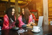 ノート パソコンで何かを見ている二人の女の子 — ストック写真
