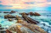 Ondas do mar e pedras na água — Fotografia Stock