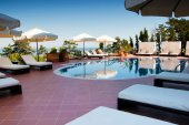 Swimming pool of hotel — Stock Photo