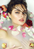 Vacker sexig kvinna tar bad rosa ljus alla hjärtans dagspa — Stockfoto