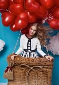 Kleine niedliche Mädchen fliegen auf rotes Herz Ballons Valentinstag — Stockfoto