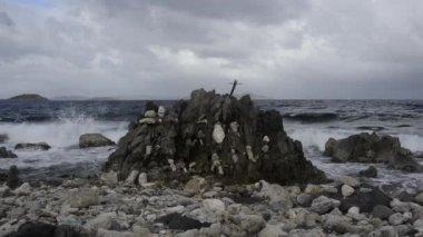 Wave Crashing on Rocks — Stock Video