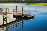 Bateau à quai se reflétant dans l'entrée d'eau du marais — Photo