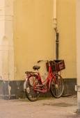 Old Bike Leaning Against a Wall — Stockfoto