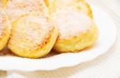 Söt ost pannkakor på en tallrik — Stockfoto