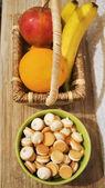 Frutas coloridas en la cesta y cookies — Foto de Stock