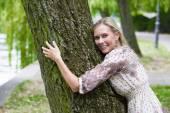 Femme étreignant un arbre — Photo
