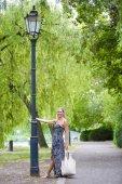 Kadın bir parkta — Stok fotoğraf