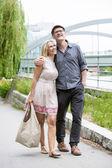 Paar in einem park — Stockfoto
