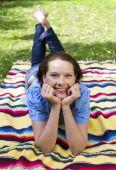 Mulher deitada no parque — Fotografia Stock