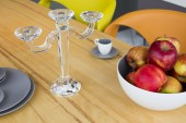 Crystal candlestick and apples — Stock fotografie