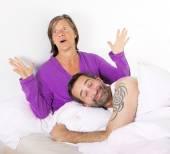 Par i sängen — Stockfoto