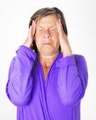 Mujer que tiene un dolor de cabeza — Foto de Stock