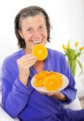Woman in bed with oranges — Foto Stock
