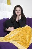 Mujer en sofá — Foto de Stock
